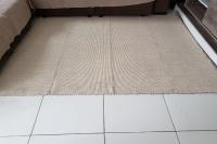 Tapete de sala manual cru com caramelo medindo 150x200 cm